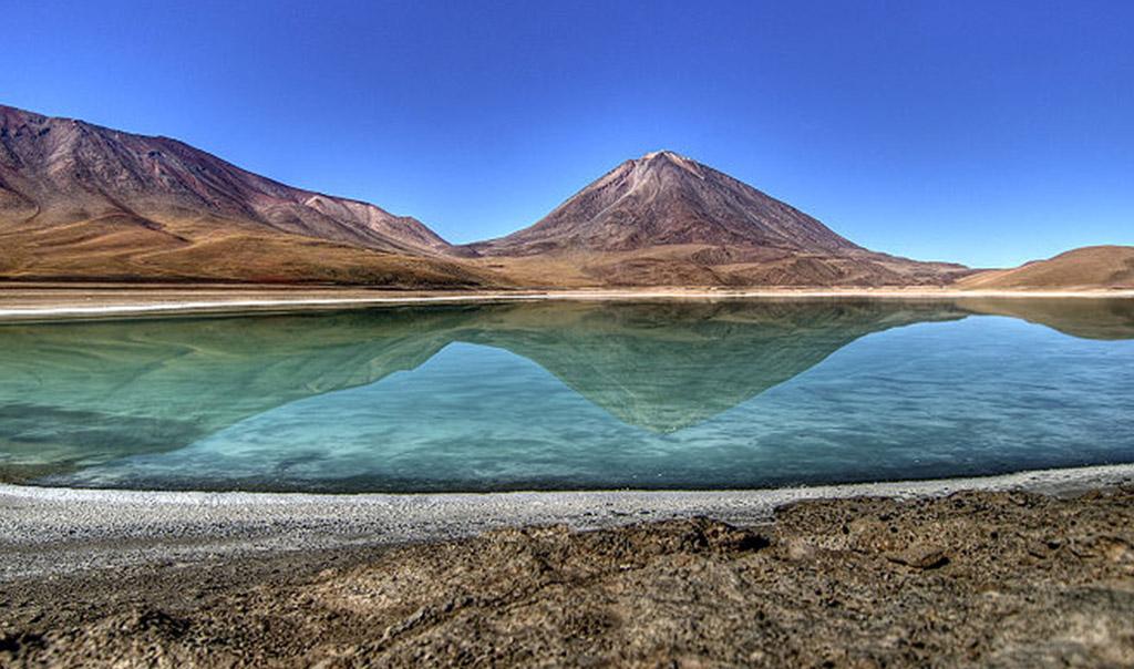 B01-BOLIVIA800px-Laguna_Verde_en_Bolivia