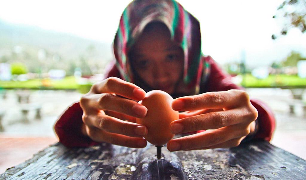 ECUADOR03Mitad-del-Mundo-Ecuador-Egg-Balance-over-a-nail-1
