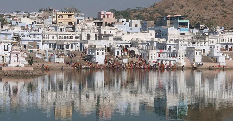 800px-Bathing_Ghats_on_Pushkar_Lake_Rajasthan