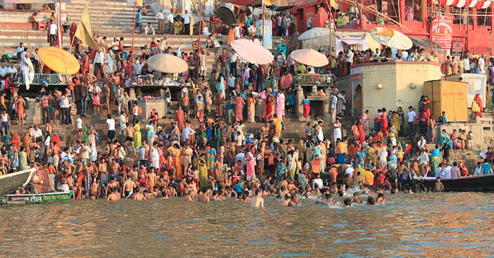 800px-Fieles_en_Varanassi._Ciudad_Sagrada._Rio_Ganges